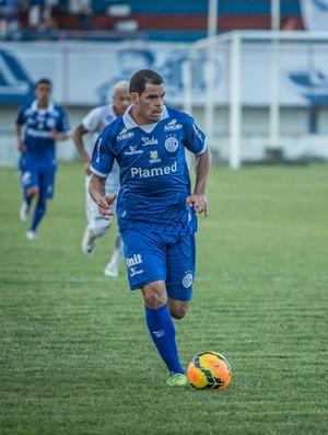 Wallace Pernambucano fez o primeiro gol do Confiança (Foto: Filippe Aráujo/FSF)