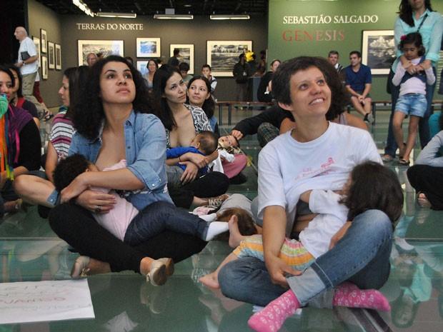 Grupo de mães defendem direito de amamentar em espaços públicos (Foto: Gero/Futura Press/Estadão Conteúdo)