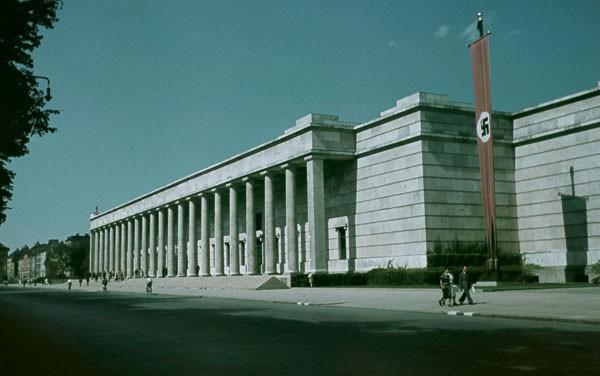 Para nazista ver: Casa das Artes no período nazista (acima) e hoje (alto). Hitler amava arte, mas só a que ele considerava bonita. Na época, a construção do museu foi uma afronta declarada ao modernismo (Foto: Davis Soulsby, AKG images/ Hans Asemissennosa)