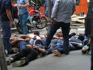 Manifestantes são detidos pela polícia turca neste sábado (25), em protesto contra atentado que matou 32 pessoas na segunda-feira  (Foto: Adem Altan/AFP)
