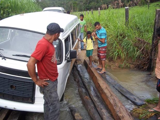 A ponte quebrada foi improvisada para a passagem dos alunos (Foto: Divulgação/ facebook)