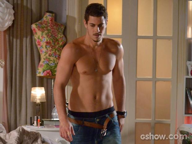 Sacha Bali se sente à vontade sem camisa em cena (Foto: Raphael Dias/ TV Globo)