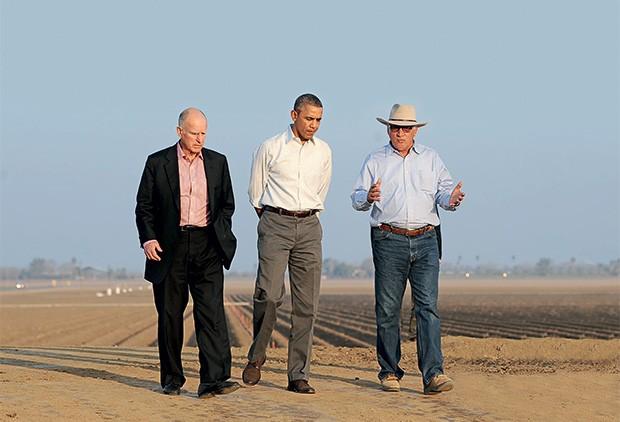 PÉS NO CHÃO Jerry Brown, governador da Califórnia, e Barack Obama, presidente dos Estados Unidos, com um fazendeiro, sobre o solo rachado. Eles tiveram coragem para encarar a seca (Foto: Abre Wally Skalij /Los Angeles Times/AP)