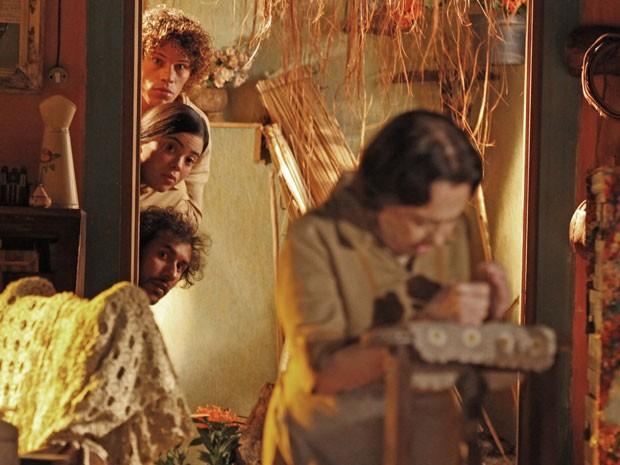 Candinho, Lino e Dadá tentam descobrir o conteúdo da carta (Foto: Flor do Caribe / TV Globo)
