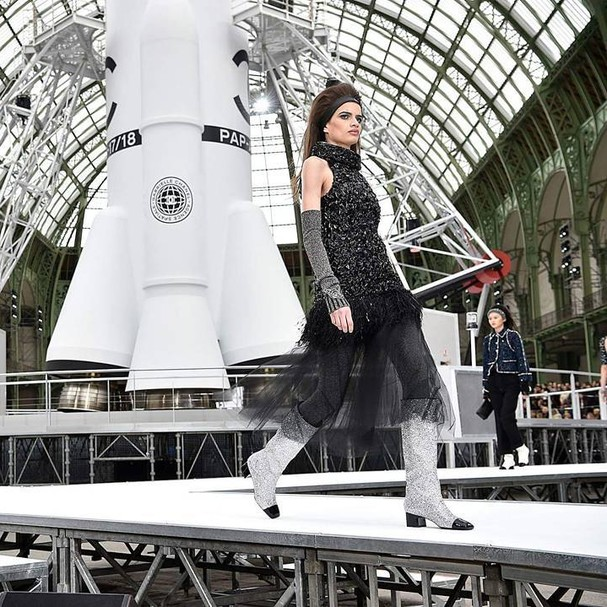 Linda Helena em desfile da Chanel (Foto: Getty Images)