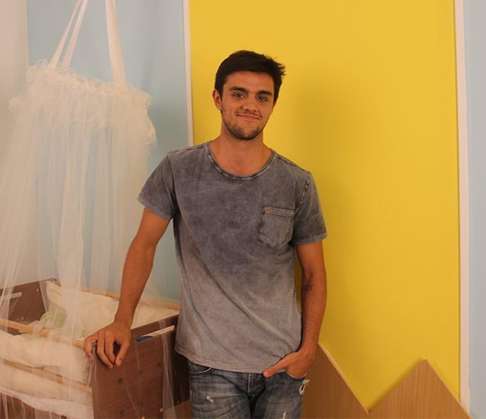 Felipe Simas todo orgulhoso com o resultado do trabalho (Foto: Luis Carlinhos)