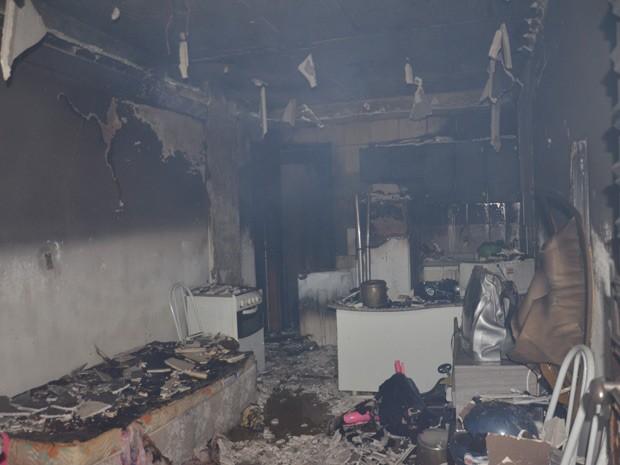 Bombeiros encontraram um botijão de gás em chamas no apartamento que ficou destruído; perícia será realizada para determinar causas do incêndio (Foto: Walter Paparazzo/G1)