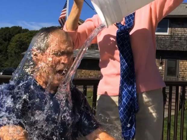 O ex-presidente George W. Bush leva banho de água gelada em campanha contra um tipo de esclerose (Foto: AP Photo/Courtesy George W. Bush Presidential Center)