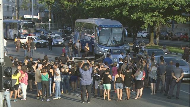 Servidores de SV bloqueiam orla da Praia (Foto: Reprodução/TV Tribuna)