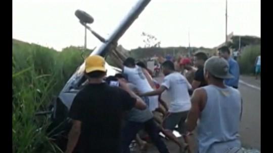 Avião monomotor cai e deixa dois feridos em área residencial de Parauapebas