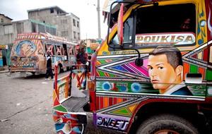 carros decorados no Haiti para a Copa do Mundo Cristiano Ronaldo (Foto: AP)