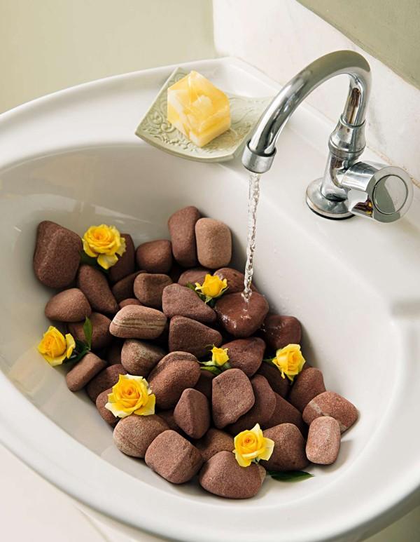 Para o dia a dia, pode não ser muito prático, mas em datas especiais funciona que é uma beleza: pedras e algumas flores fazem da pia uma atração no lavabo  (Foto:  Cacá Bratke/Editora Globo)
