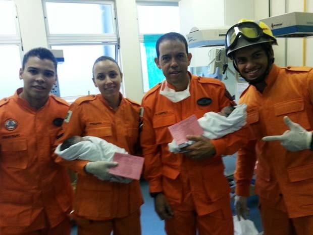 Bombeiros responsáveis pelo parto da segunda criança na BR-020, próximo a Sobradinho (Foto: Corpo de Bombeiros/Divulgação)