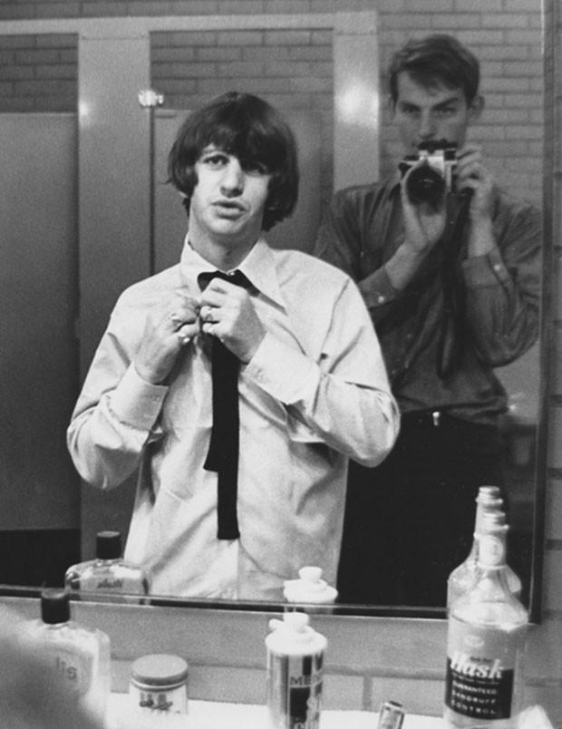 Reflexo de Whitaker ao fotografar Ringo (Foto: Robert Whitaker)