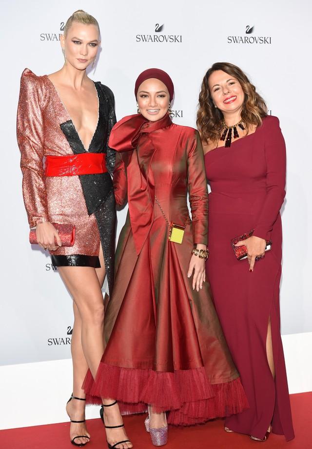 Karlie Kloss, Neelofa (diretora criativa) e Nathalie Colin (executiva) (Foto: Divulgação)