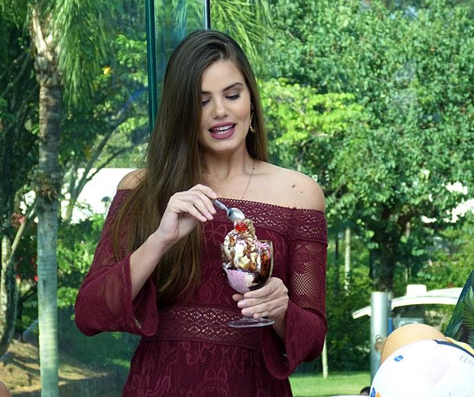 Camila Queiroz se deliciou com um sorvetão no Vídeo Show (Foto: Cristina Cople / Gshow)