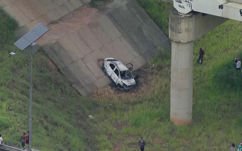 Polícia apura se carro e corpo carbonizados encontrados são de embaixador desaparecido (Foto: Reprodução TV Globo)