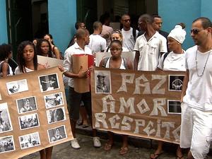 Mais de 100 pessoas se reúnem em manifestação contra morte de Omolú (Foto: Imagem/ TV Bahia)