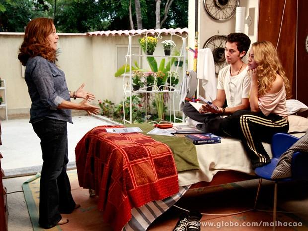 Furiosa, Vera dá um bronca em Meg e Ben por causa do tombo no ensaio do musical. (Foto: Malhação)