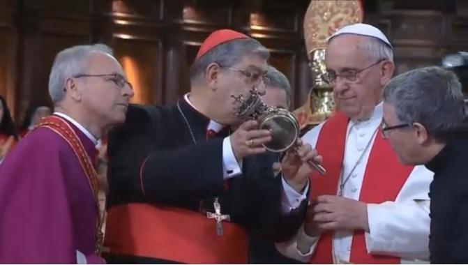 """O papa inspeciona o relicário de San Gennaro, constatando o """"milagre"""". (Foto: Reprodução/NBC News)"""