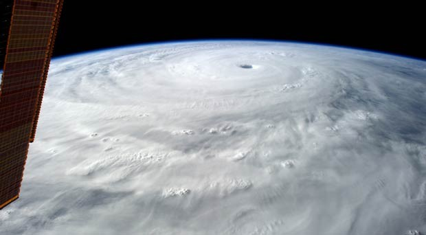 'O olho deste furacão tem 80 km de largura. Parece bastante escuro lá dentro', escreveu Gerst (Foto: Alexander Gerst/ESA/Nasa)