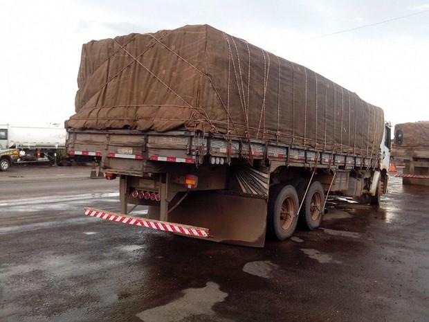 Caminhão estava com 3,2 metros cúbicos de madeira sem a Documentação de Origem Floresta, em Araguaína (Foto: Divulgação/PRF TO)