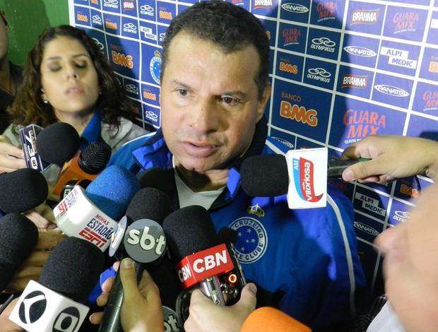 Cruzeiro-MG e Atlético-GO, Uberlândia, Celso Roth (Foto: Felipe Santos/GLOBOESPORTE.COM)