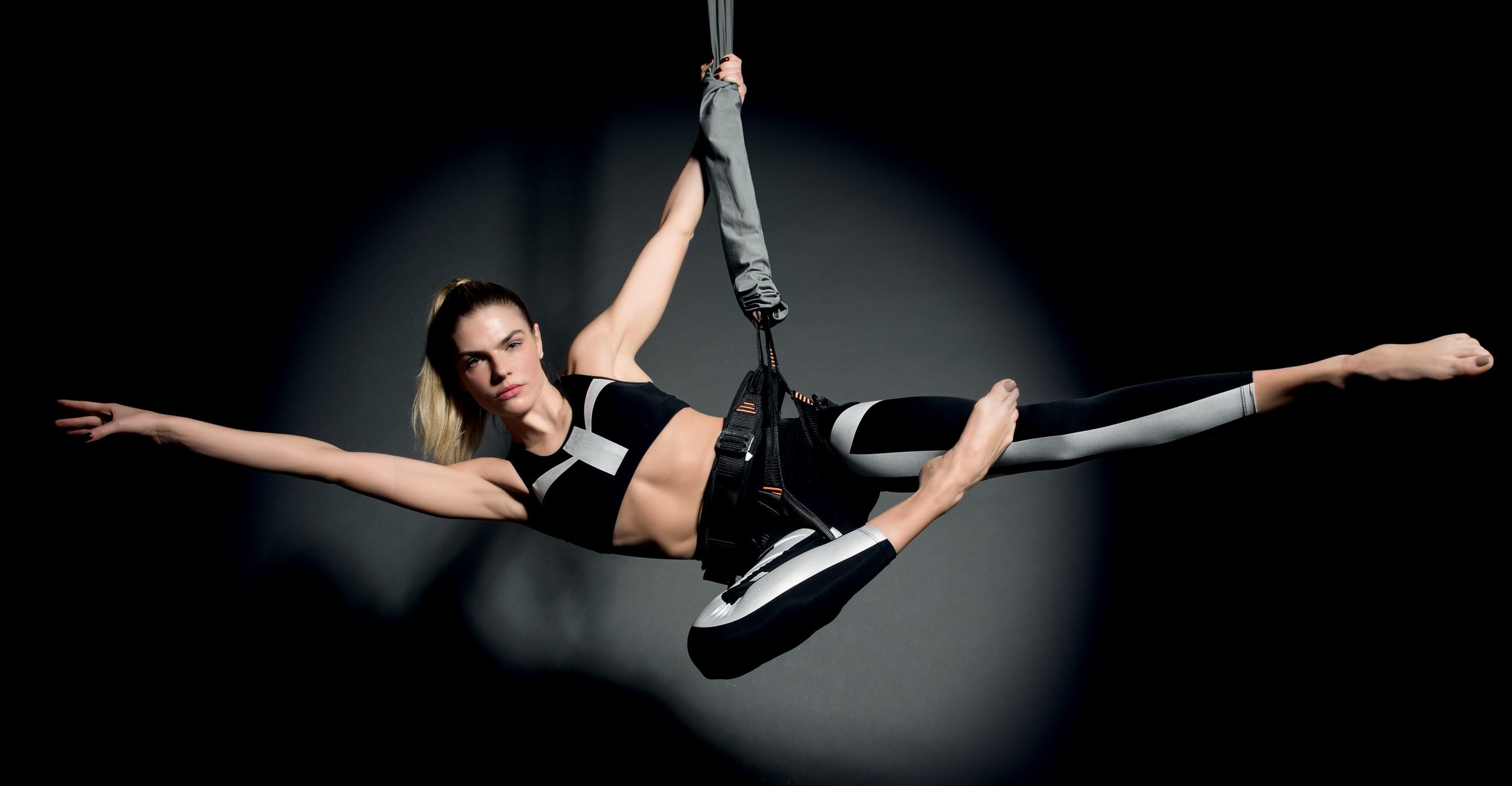 A modelo Ana Paula Scopel em movimento da nova aula Bungee Dance (Foto: Thais Vandanezi)
