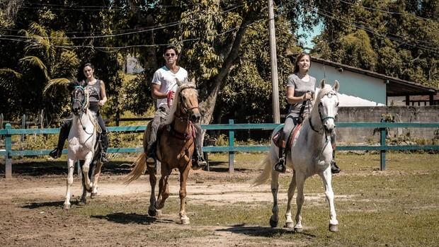 Novo Mundo: protagonistas fazem aula de equitação (Gabriel Nascimento, Gshow)