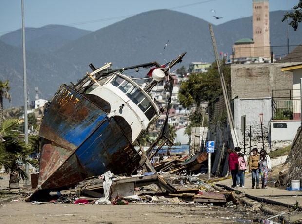 Barco arrastado por ondas é visto nesta quinta-feira (17) no porto de Coquimbo, no norte do Chile, após forte terremoto e ondas de 4,5 metros atingirem o local (Foto: Martin Bernetti/AFP)