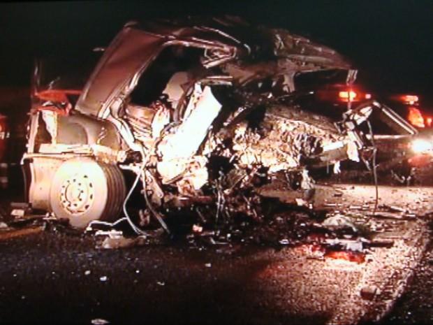 Seis jovens estavam num mesmo carro, que ficou destruído após choque. (Foto: Giliardy Freitas / TV TEM)