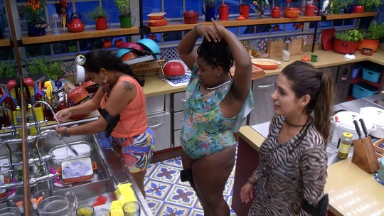 Elis, Vivian e Roberta cantam funk na cozinha