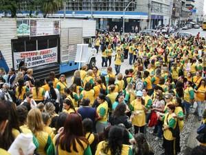 Educadores se reúnem desde o início da manhã na Praça Santos Andrade (Foto: Joka Madruga / Sismuc)