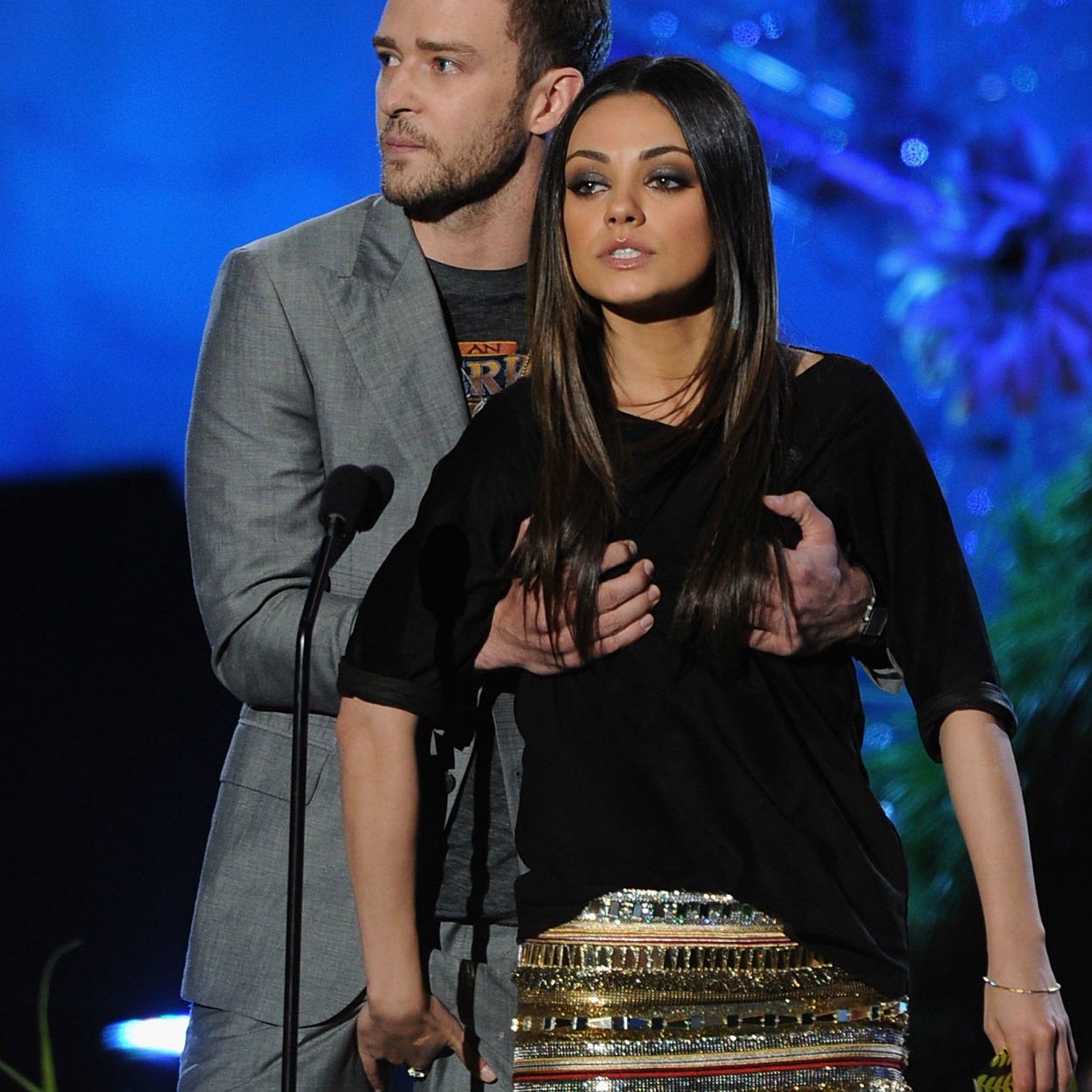 A atriz Mila Kunis e o cantor Justin Timberlake no MTV Movie Awards 2011. Atente para as mãos dos dois. (Foto: Getty Images)