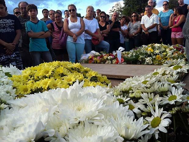 Cerca de 400 pessoas acompanharam o enterro do médium em Uberaba (Foto: Paulo Borges/G1)