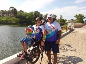Wesley na bicicleta adaptada feita pelo pai Stanley (Foto: Silvia Helena de Lima)