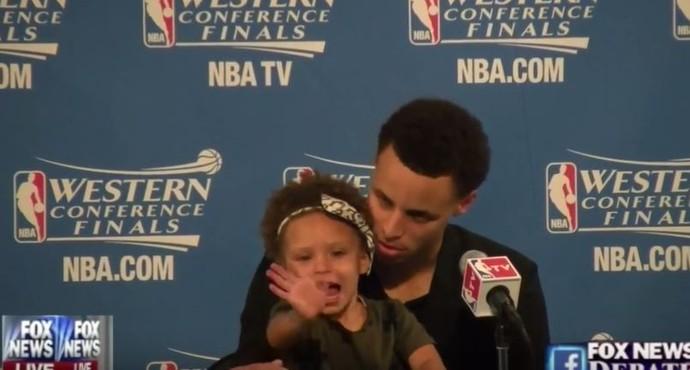Riley Curry ao lado do pai Stephen Curry em coletiva da NBA (Foto: Reprodução/Youtube)