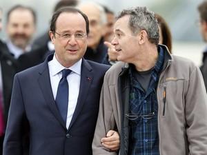 O presidente Francois Hollande e o jornalista Didier Francois, refém na Síria, libertado no sábado (19) (Foto: Thomas Samson/ AFP)