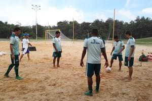 Jogadores antes do treino em clima de descontração (Foto: Afonso Diniz/GloboEsporte.com)