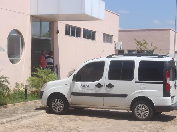 Corpo de adolescente morto no CEM será levado para Floriano (Foto: Juliana Barros/G1)