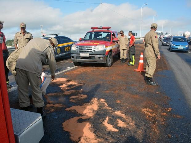 Corpo de Bombeiros e PRF estão no local realizando a limpeza do óleo (Foto: Walter Paparazzo/G1)