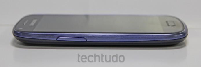 Embora menor, o Galaxy S3 mini perde para o S3 convencional no quesito espessura (Foto: Marlon Câmara/TechTudo)