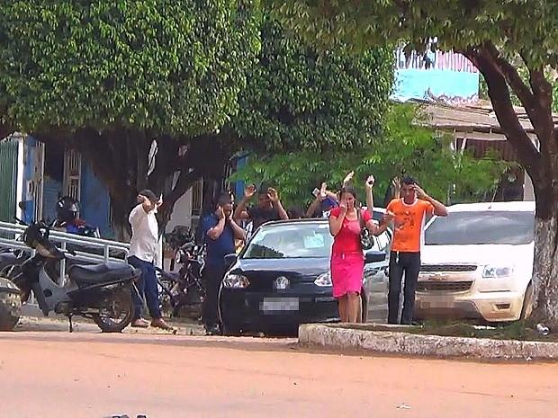 Reféns foram liberados pelos suspeitos durante assalto (Foto: Ivanir Valentin/TV Amazonas)
