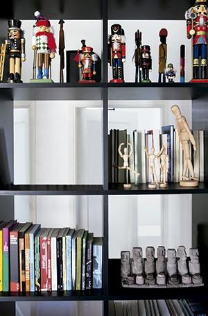 Dos dois lados: a estante, desenhada pelo designer de interiores Marcel Steiner, serve de divisória de ambientes. Os 50 cm de profundidade possibilitam criar diversas composições: dá para acomodar os livros com a lombada voltada para o escritório ou para  (Foto: Lufe Gomes/Editora Globo)