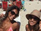 Mayra Cardi curte praia em visita ao Rio e mostra abdômen sarado