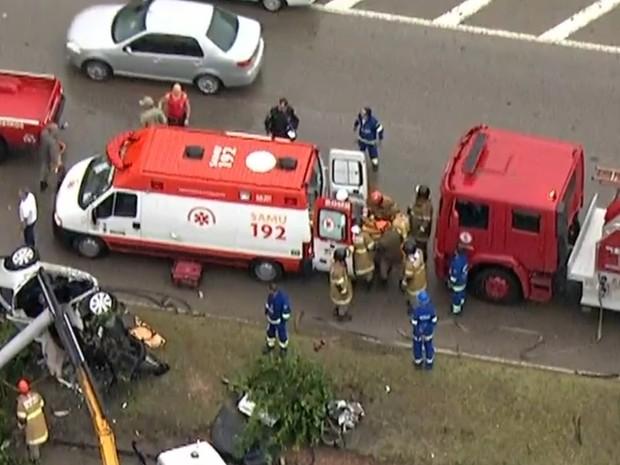 Carro saiu da pista e derrubou um poste na Avenida Brasil, altura de Realengo (Foto: Reprodução/ TV Globo)