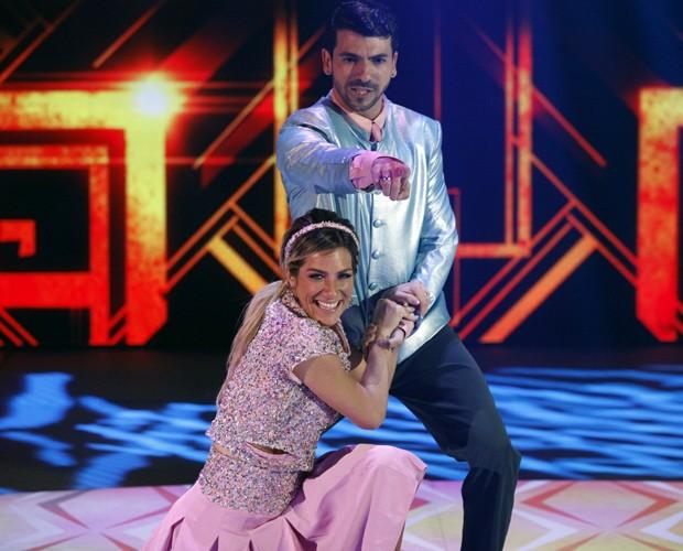 Saída triunfal: Giovanna é aplaudida ao fim da coreografia (Foto: Raphael Dias / TV Globo)