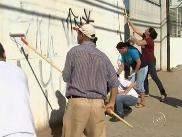 Pais participaram de mutirão para limpeza dos muros (Foto: Reprodução/ TV TEM)