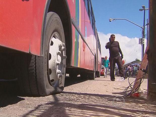Pneus de ônibus são furados no Recife (Foto: Reprodução/TV Globo)