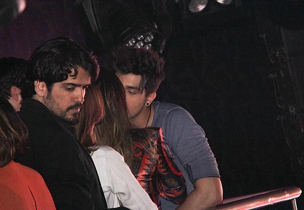 Luan Santana beija morena em casa noturna (Foto: Milene Cardoso/ Agnews)